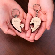 Hängende Puzzleteile des Paares in einer Herzform mit Namen und Datum